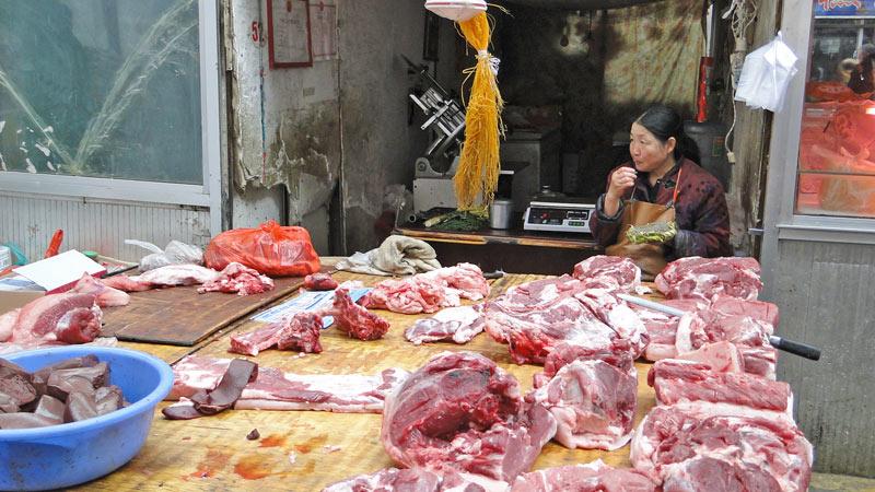 Transsibirische Eisenbahn: China - Erlian, Fleisch auf dem Markt
