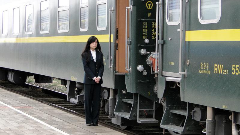 Transsibirische Eisenbahn: China - Erlian, Zugbegleiterin