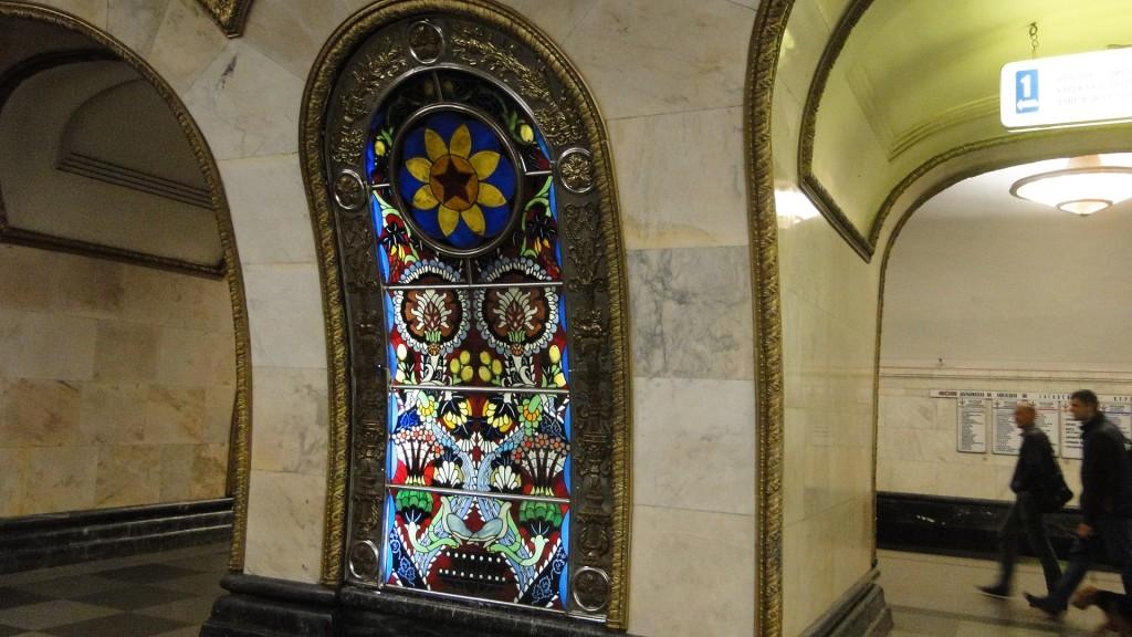 Glasmosaik in der Metro Moskau