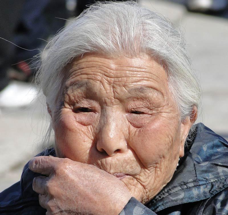 Transsibirische Eisenbahn: Peking - ältere Besucherin in der Verbotenen Stadt