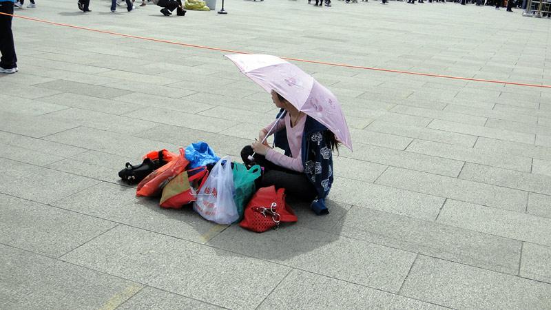 Transsibirische Eisenbahn: Peking - Aufpasserin am Mao Mausoleum