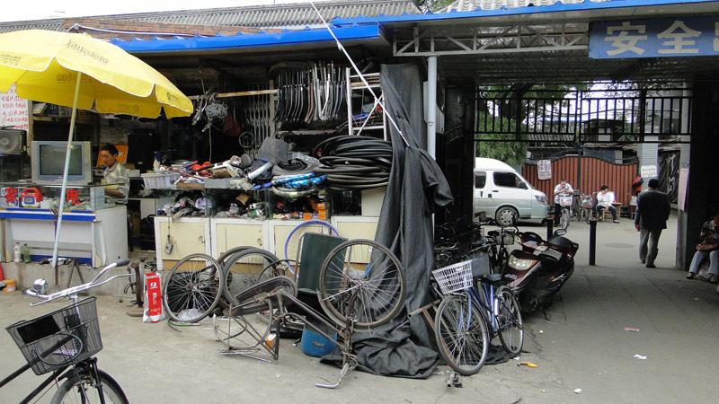 Transsibirische Eisenbahn: Peking - Fahrradersatzteile im Verkauf