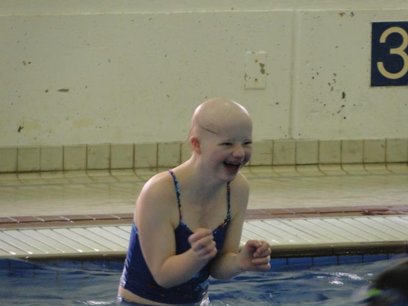 Fiona im Schwimmbad von Prince George, British Columbia