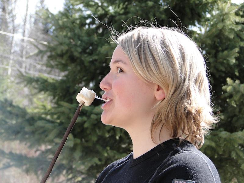 Lisa genießt ihren Marshmallow