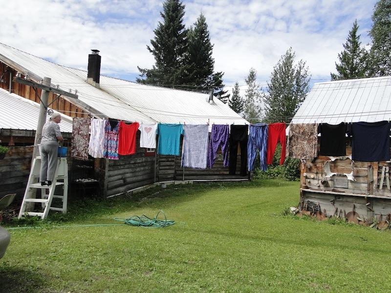 Gundula hängt die Wäsche zum Trocknen auf die Leine