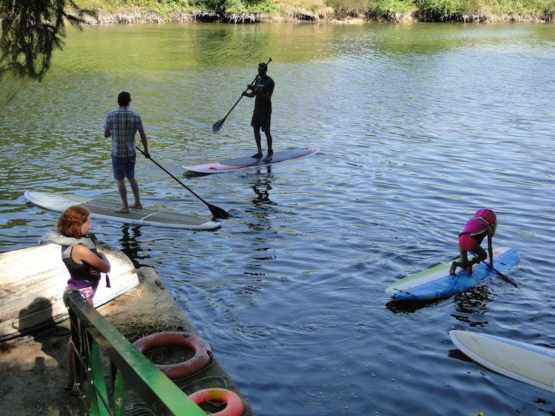 Kanuten mit dem Surfbrett