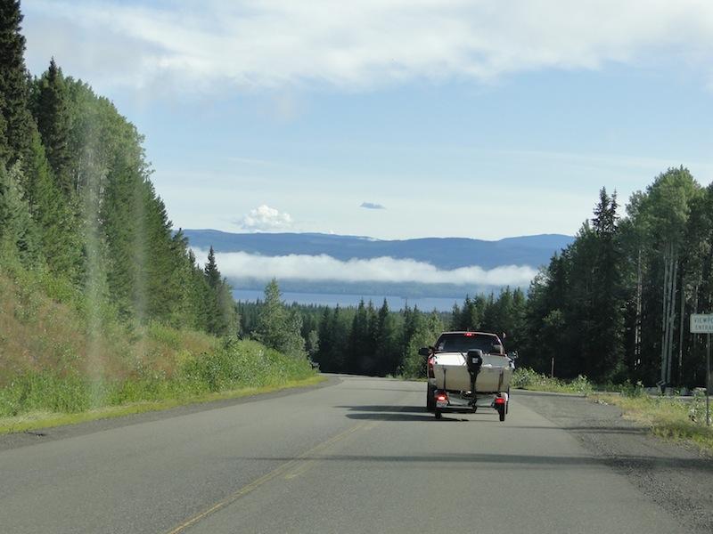 Himmel mit Wolken, Berge, Wolken, Wasser, Bäume, Straße und unser Boot auf dem Anhänger