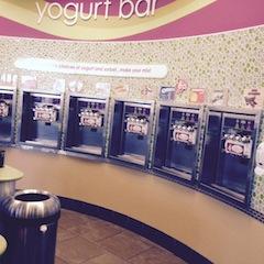 Eissorten, dazu Sahne oder kleine Bonbons, wird nach Gewicht bezahlt