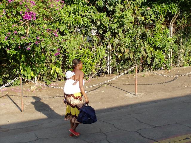 Lasten und Kinder werden auf dem Kopf oder dem Rücken getragen