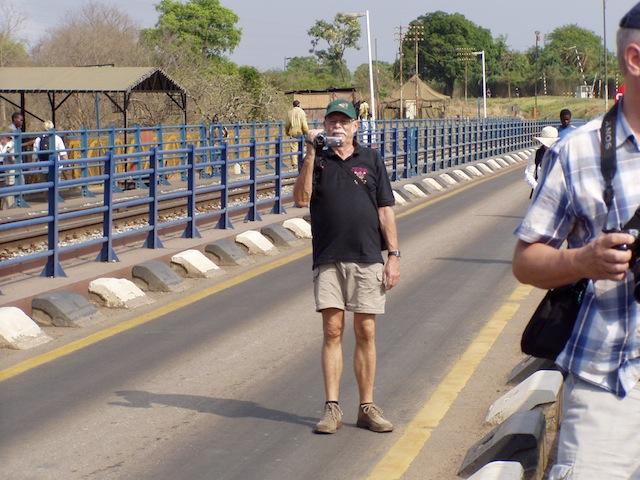 Die militärisch bewachte Brücke