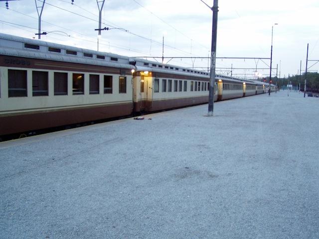 Shongololo am Bahnsteig in Maputo