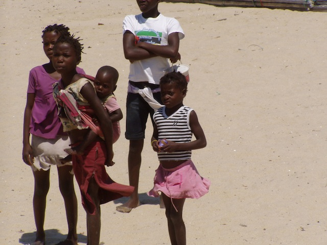 In den Straßen, am Strand, ueberall bettelnde, freundliche  Kinder