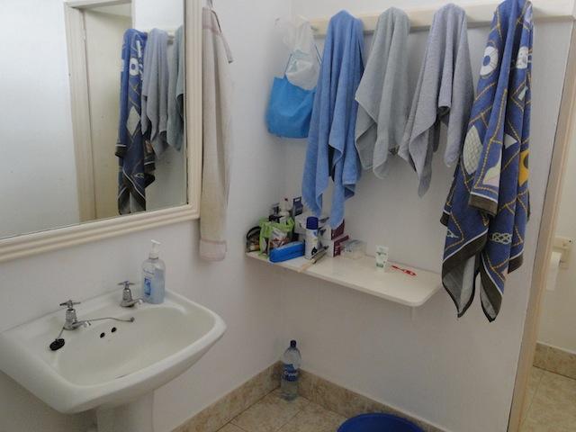 Waschbecken, Toilette ist separat daneben