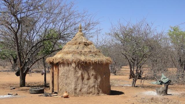 """""""Pontok"""", errichtet aus Zweigen und Ästen , mit einer Mischung aus Lehm und Rinderdung verputzt"""