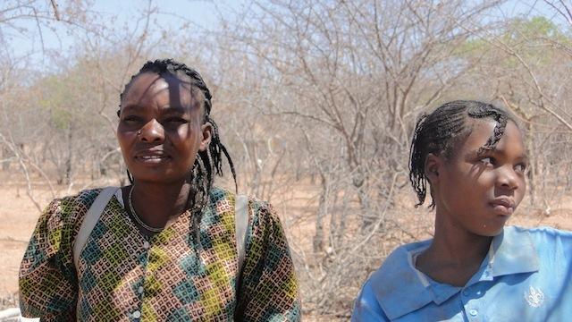 Diese Frauen führen uns durch das Dorf
