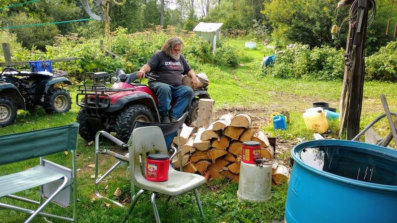 Jim sorgt für Feuerholz