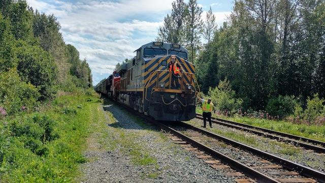 Güterzug hält in Longworth wegen Gleisarbeiten