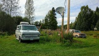 Alte kaputte Autos, hier oft zu sehen auf den Grundstücken
