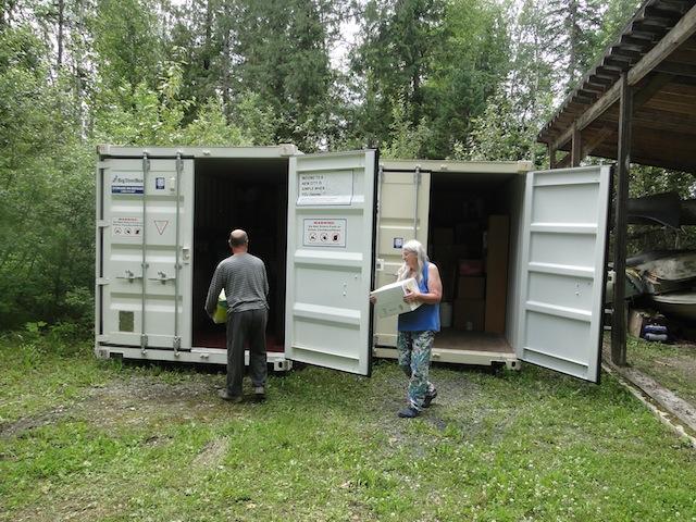 Die Container werden für den geplanten Umzug nach Deutschland beladen