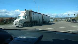 Einer der zahlreichen Riesenlaster auf dem Highway