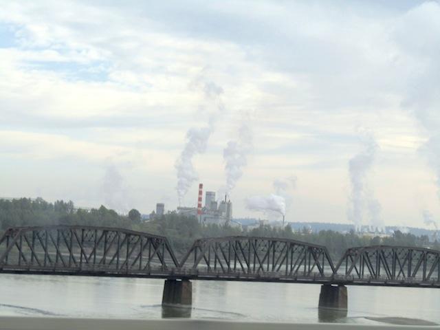 Papierfabrik und Eisenbahnbrücke