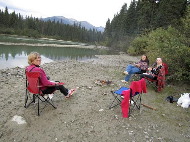 HotDog am Stock, Picknick mit Donna, Gundula und Fiona am Fluss